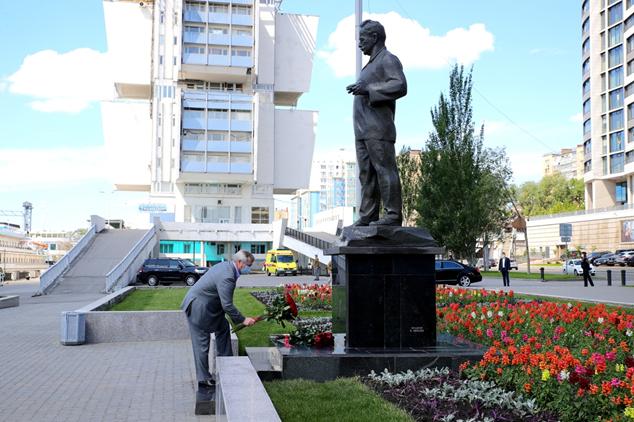 Василий Голубев возложил цветы к памятнику Шолохову и принял участие в литературной акции