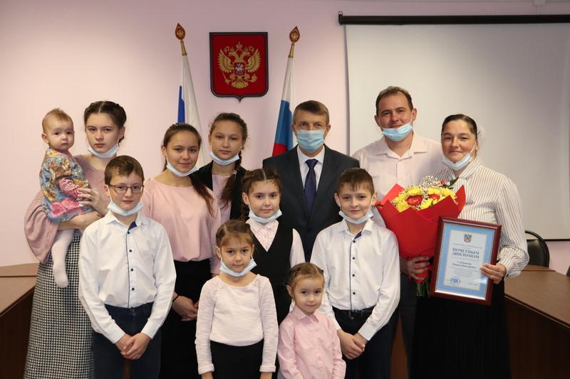 Глава Волгодонского района вручил награду многодетной маме Марии Сдобниковой