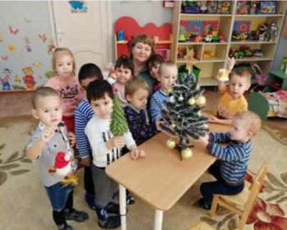 В д\с «Дюймовочка» воспитатели вместе с детьми создают новогоднюю атмосферу