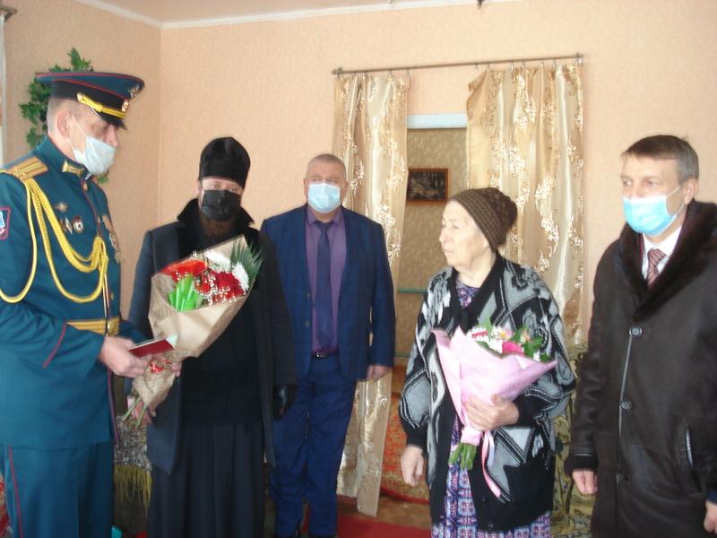 Удостоверение к награде погибшего фронтовика из станицы Большовская вручено его дочери