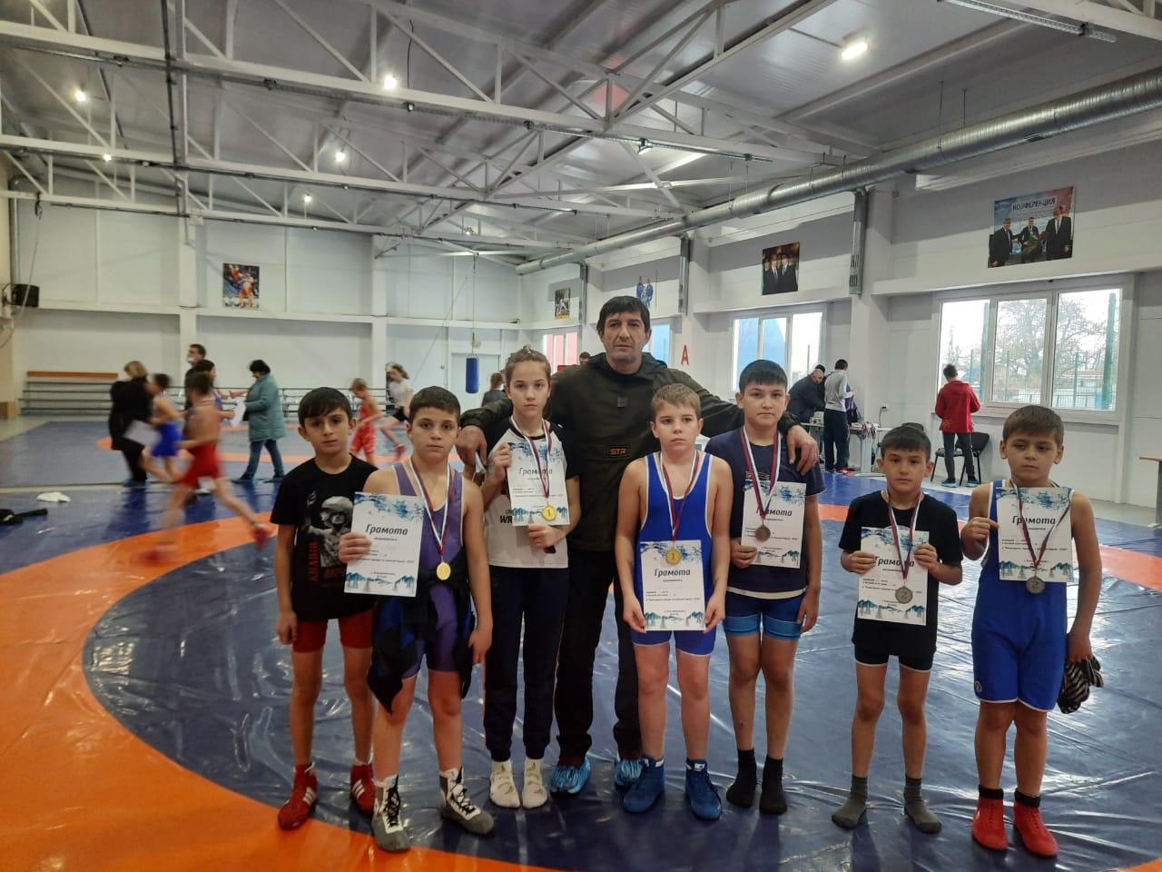 Борцы Волгодоского района взяли три медали на новогоднем турнире
