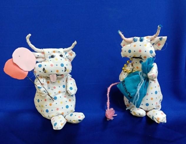 Участники клуба «Фантазия» Романовского РДК своими руками изготовили сувениры к Новому году