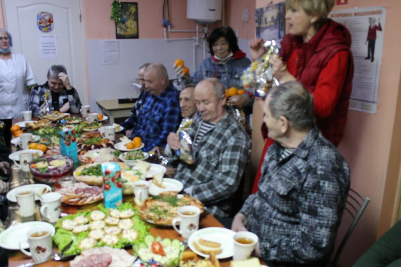 В Романовского доме-интернате сотрудники и проживающие встретили Новый год за праздничным столом