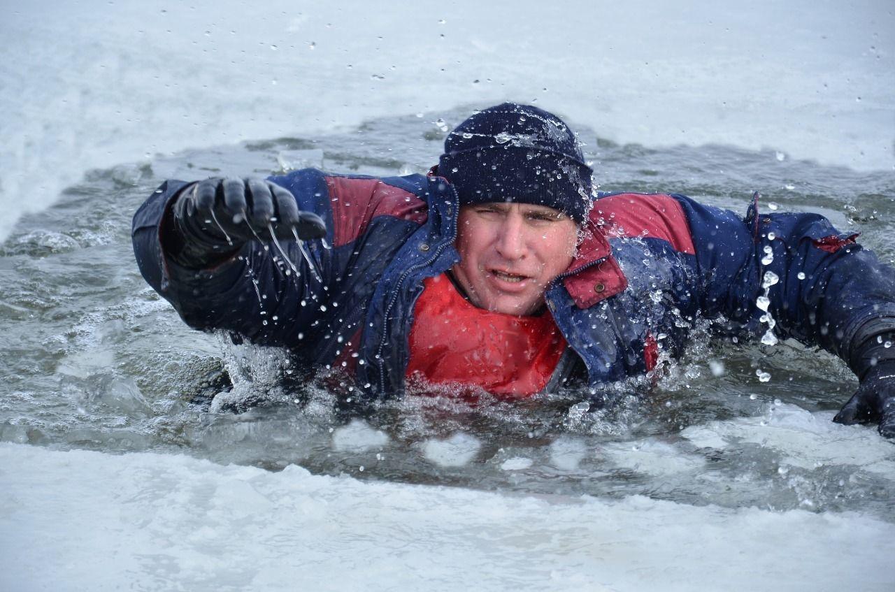 Донские спасатели за 10 лет предотвратили гибель более 180 рыбаков, провалившихся под лед