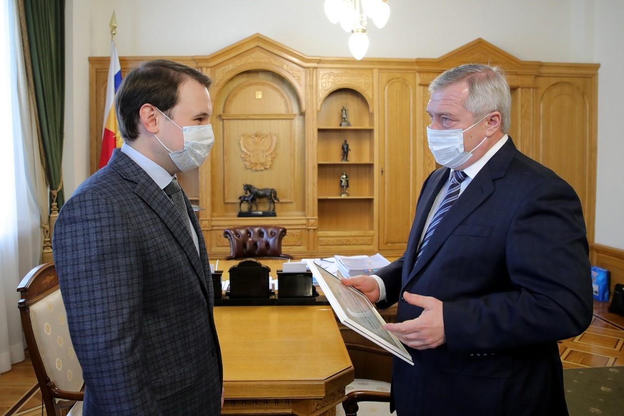 Донской губернатор вручил «Учителю года-2020» сертификат на квартиру