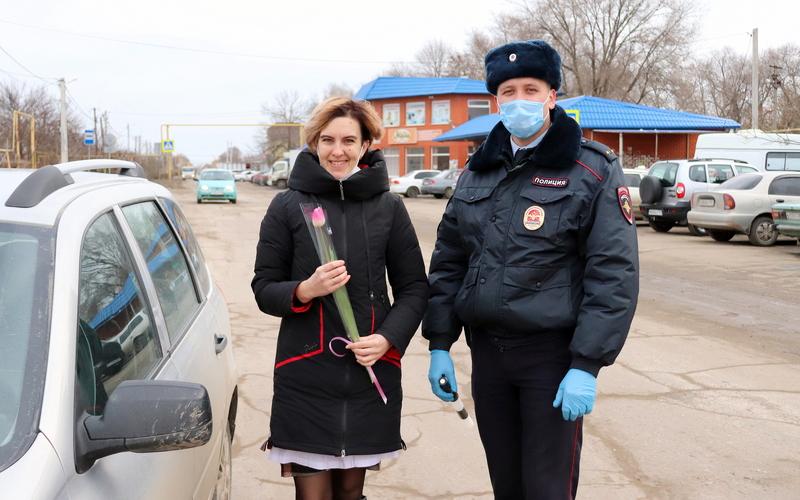 Сотрудники полиции поздравили автоледи станицы Романовской с наступающим праздником