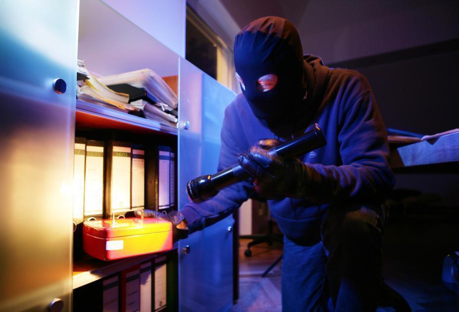 В Волгодонске сотрудники уголовного розыска задержали с поличным квартирного вора