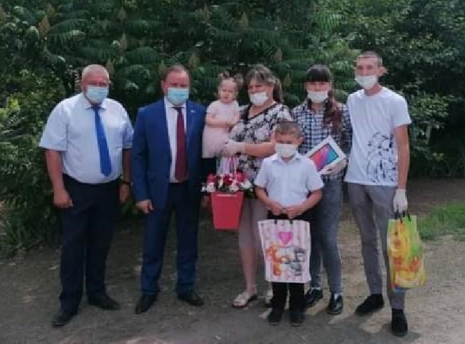 Планшеты от депутата Единой России  школьникам из многодетной семьи