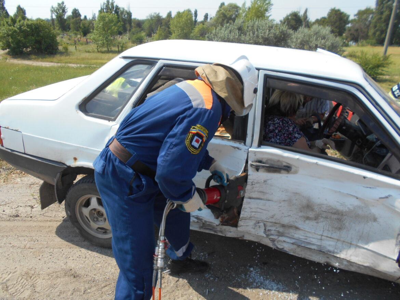 В Миллеровском районе спасатели деблокировали пострадавшую в ДТП женщину