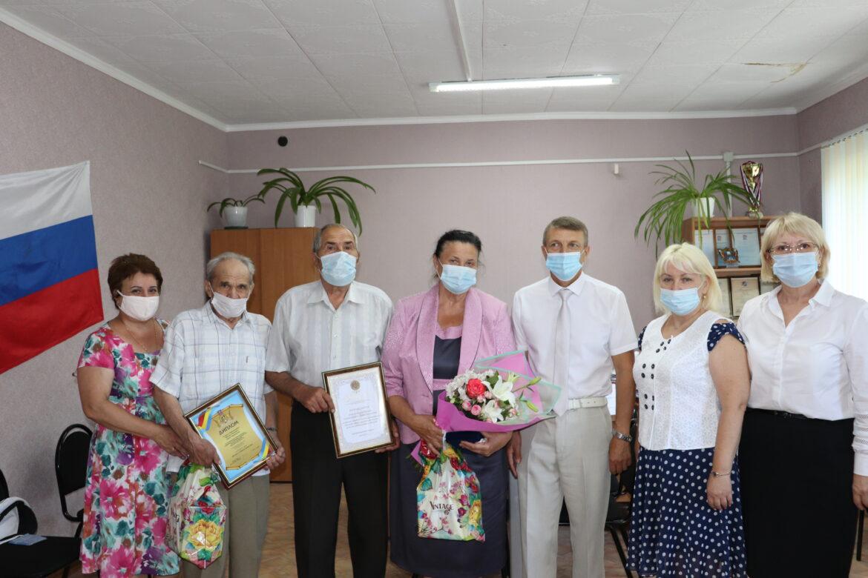 8 июля супружеским парам Поповых и Персидсковых из хутора Потапов вручили награды за любовь и верность