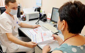 В кабинете абдоминального онколога памятку выдает доктор