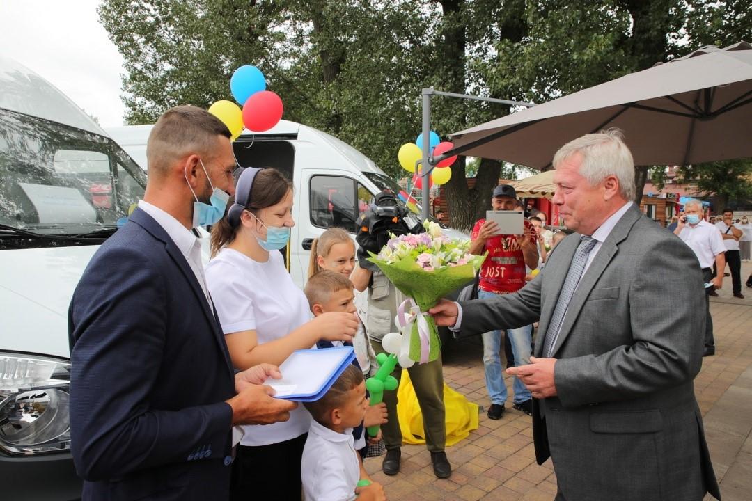 Василий Голубев вручил ключи от микроавтобусов многодетным семьям