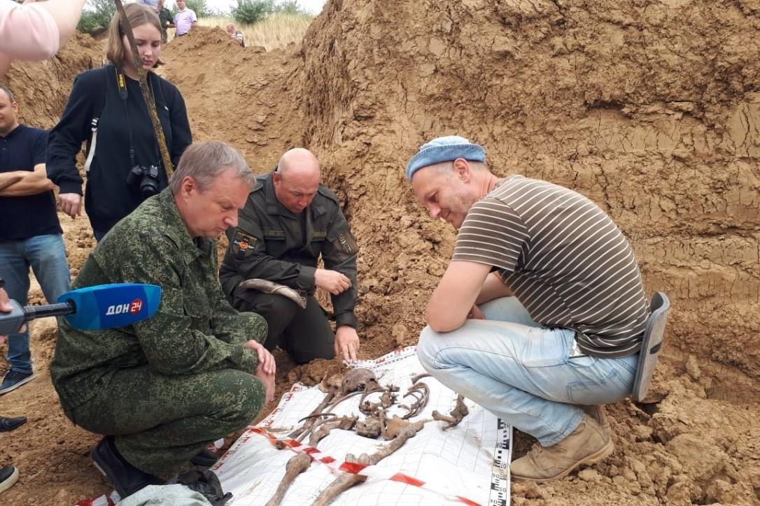 Поисковики ведут работу по извлечению останков мирных жителей, убитых гитлеровцами на территории сальского кирпичного завода