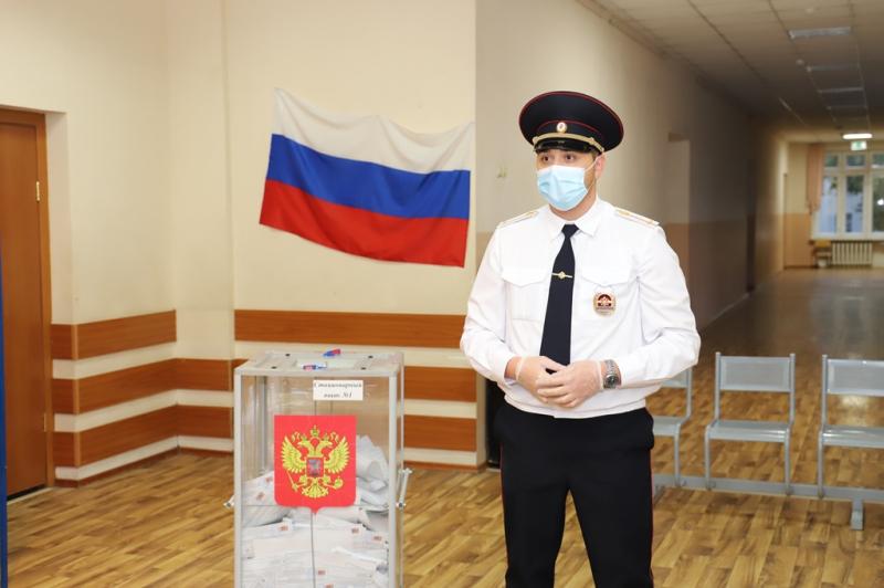 Сотрудники полиции обеспечили правопорядок на избирательных участках Ростовской области