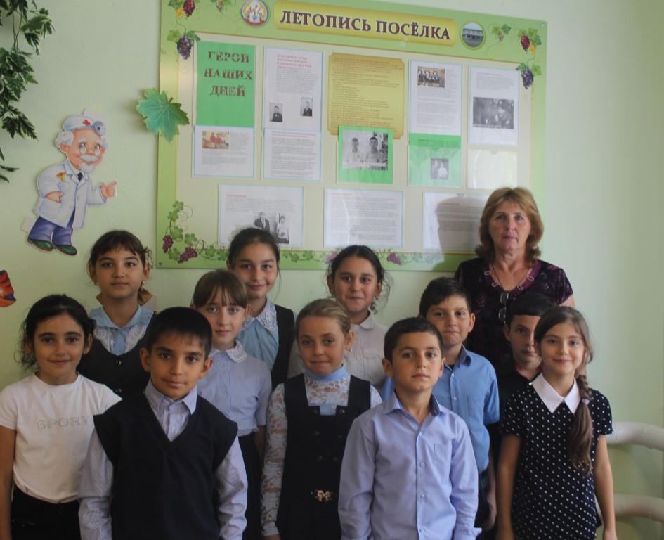Третьеклассники Донской школы помогли оформить стенд «Герои наших дней» в школьном музее краеведения