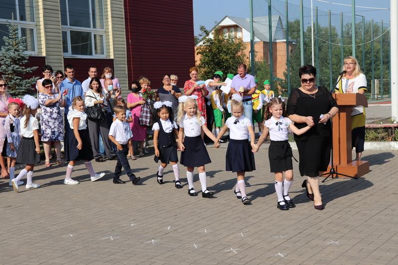 Для 121 первоклассника Романовской школы впервые прозвучал школьный звонок